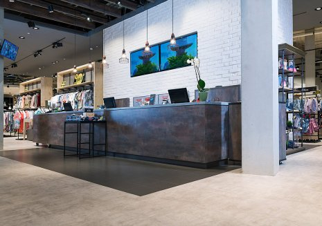 Fussboden Modehaus Geschäft Fliesenoptik Betonoptik Retail Ladenbau