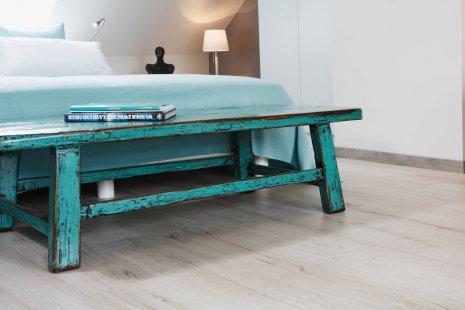 wineo Bodenbelag Holzoptik hell im Schlafzimmer mit Vintage