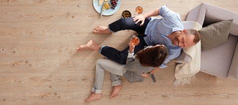 wineo PURLINE Bioboden Wohnbereich Candlelight Dinner Paar