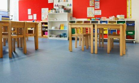 wineo Bodenbelag Blau im Kindergarten und Schulen