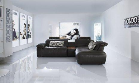 wineo Bodenbelag weiß glänzend im Geschäft mit Wartebereich