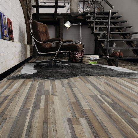 wineo Laminatboden mit Sessel und Treppe