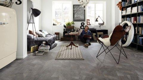 wineo Laminatboden im Wohnzimmer mit Mann und Einrichtung