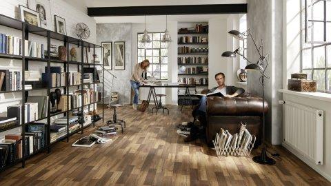 wineo Laminatboden im Wohnzimmer mit Mann und Frau