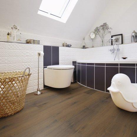 wineo Laminatboden im Badezimmer mit Badewanne und Toilette