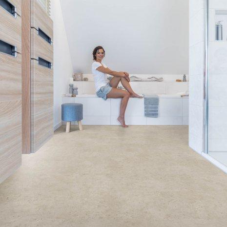 wineo Bodenbelag im Badezimmer mit Badewanne und Frau