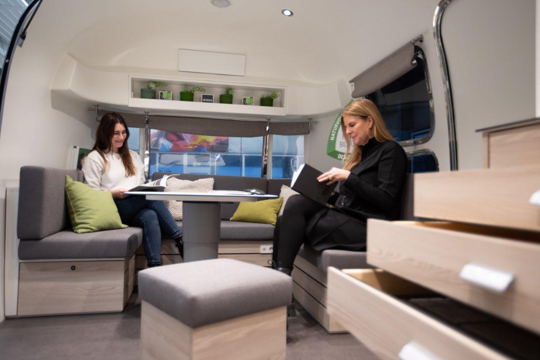 wineo Roadshow Beratungsecke Airstream-Caravan moderne Einrichtung