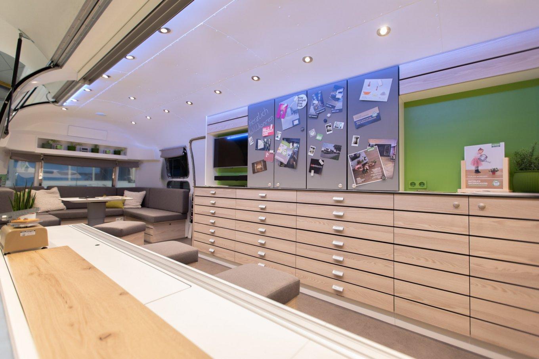 wineo Roadshow Airstream-Caravan Beratungsbar moderne Einrichtung PURLINE Bioboden Bodenbelag