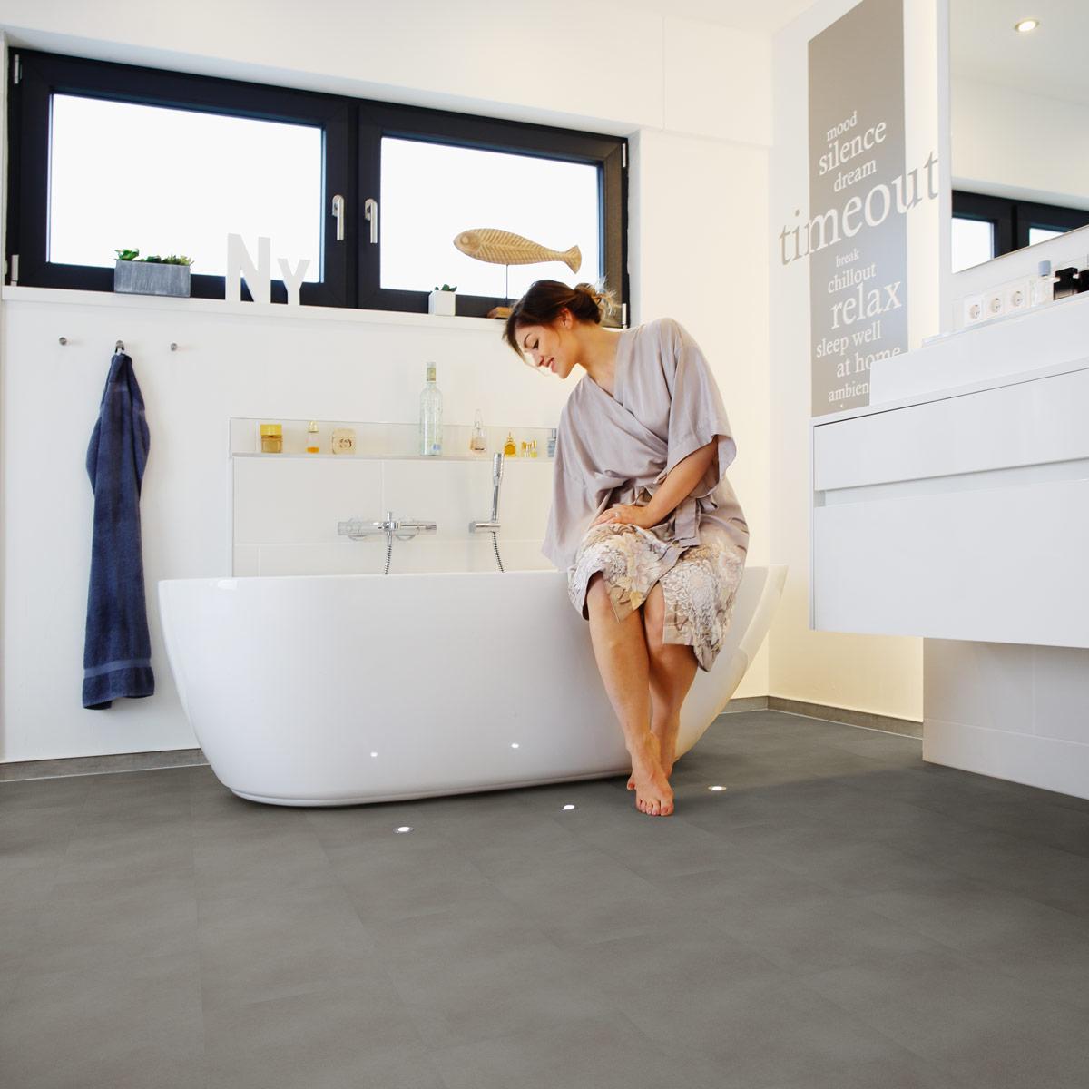 wineo Bodenbelag Designboden Produktvorteile Grau im Badezimmer