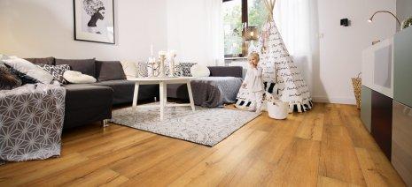 wineo Laminatboden Holzoptik braun im Wohnzimmer mit Kind und Tipi