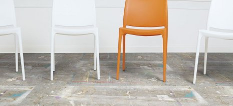 wineo Bodenbelag als Digitaldruck mit und vier Stühlen