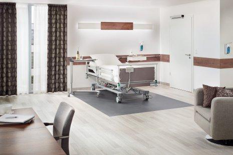 wineo PURLINE Bioboden Behandlungsraum Krankenbett