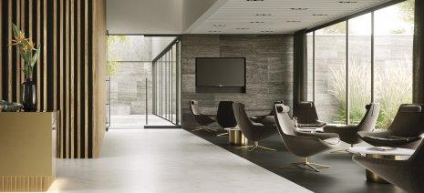 wineo PURLINE Bioboden hell modern Hotellobby Sitzmöbel modern