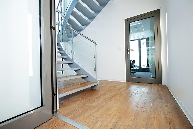 wineo Bodenbelag Holzoptik mittel Treppe Tür