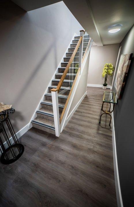 wineo Designboden Flur rustikale Holzoptik Treppe