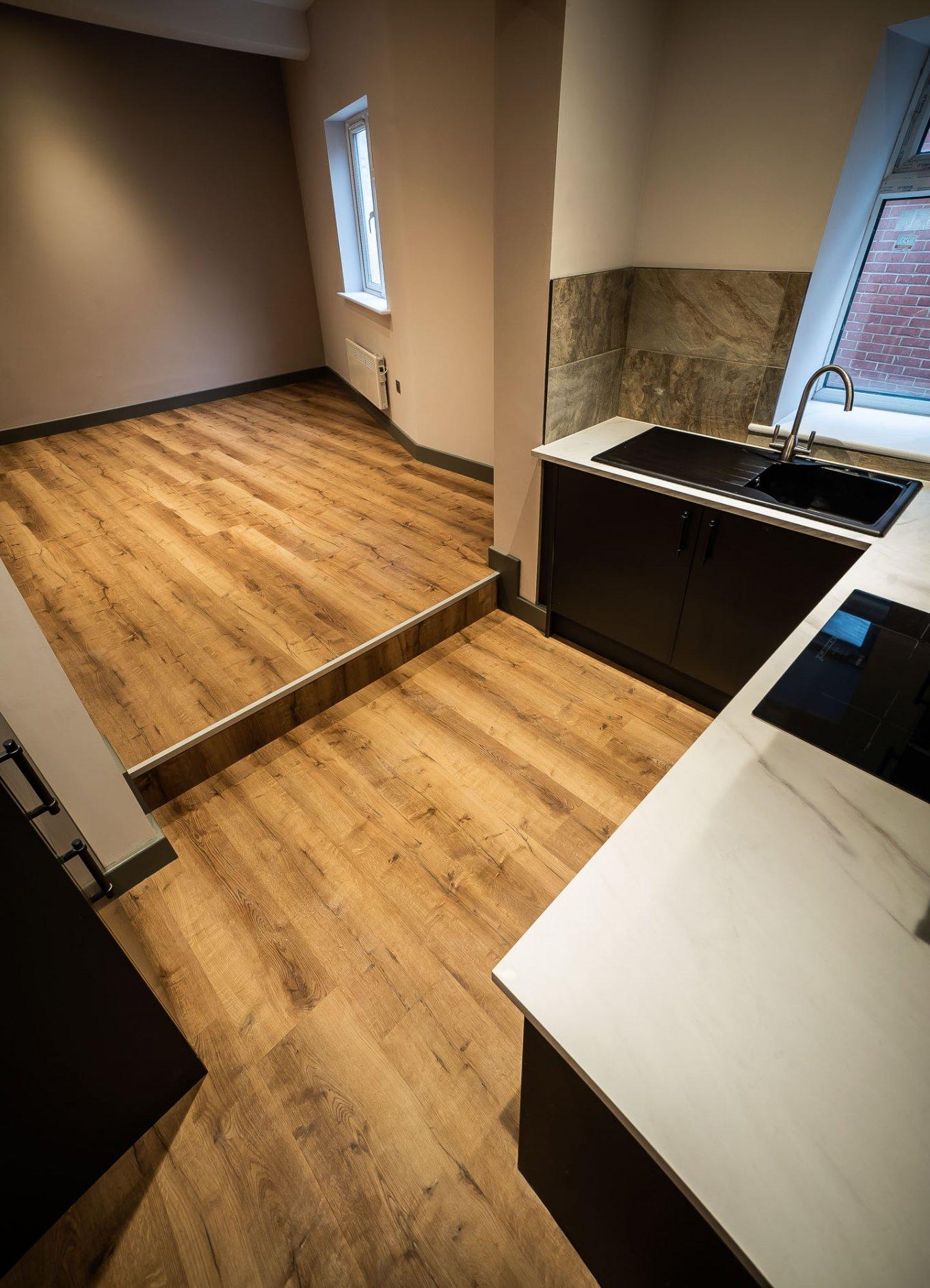 wineo Designboden Küche rustikale Holzoptik moderne Einrichtung