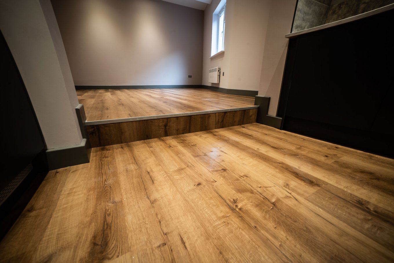 wineo Designboden Küche rustikale Holzoptik Treppe Stufe