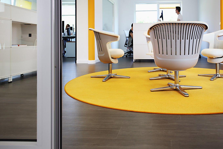 wineo Bodenbelag Büro moderne Einrichtung Holzoptik dunkel