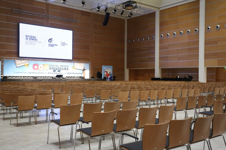 wineo Referenz Palacongressi PURLINE Bioboden im Konferenzsaal Betonoptik im Fliesenformat