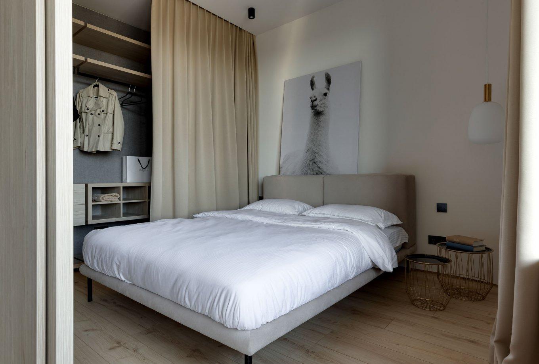 Laminatboden Hotel California LA144SYSV4 im Schlafzimmer mit Bett moderne Einrichtung helle Holzoptik