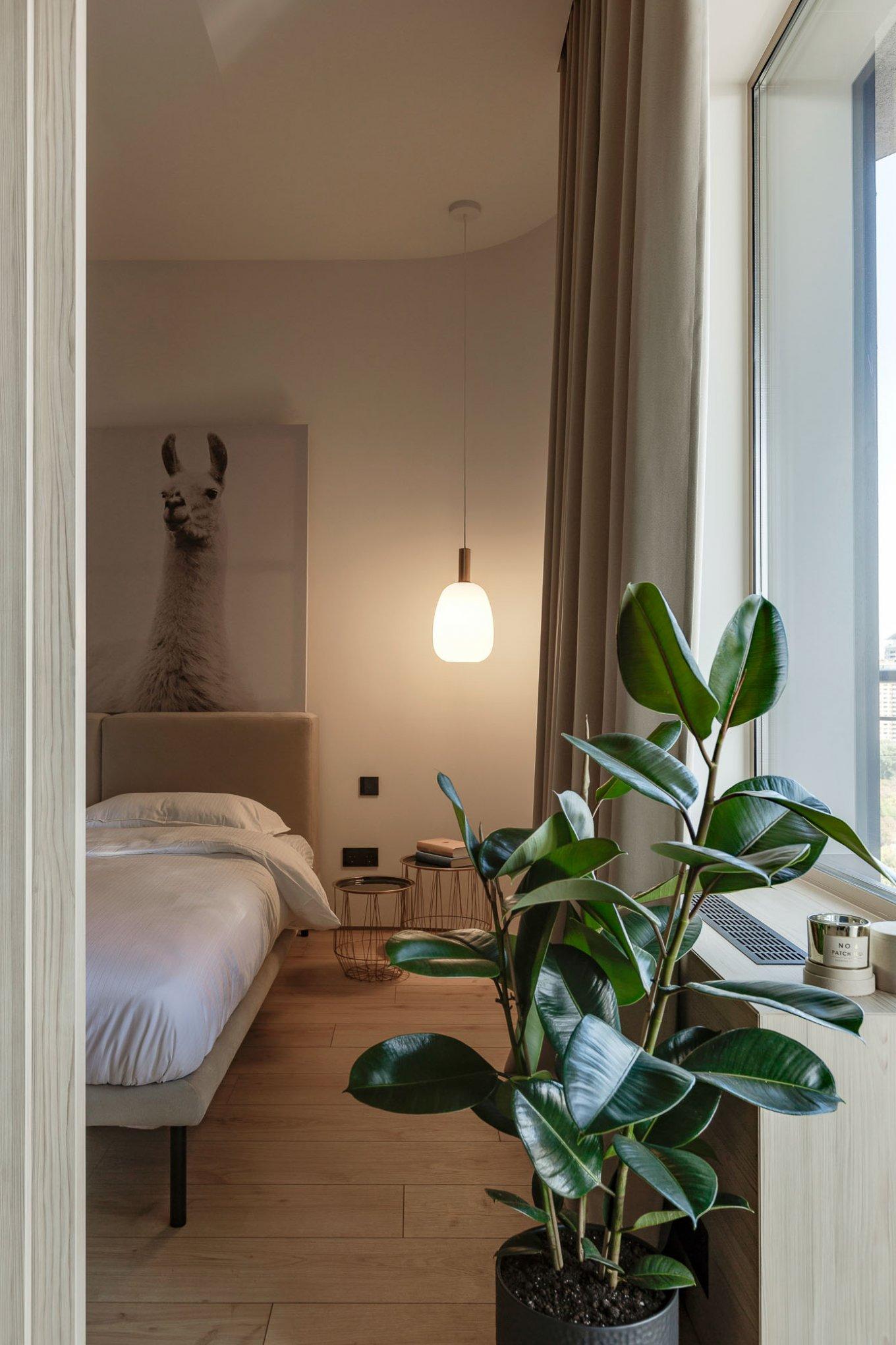Laminatboden Hotel California LA144SYSV4 im Schlafzimmer mit modernem Bett helle Holzoptik Schlafbereich
