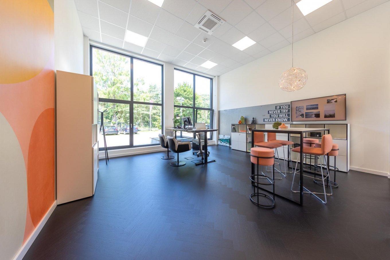wineo PURLINE Bioboden im Büro Fischgrätmuster Holzoptik moderne Einrichtung Bodenbelag Fußboden Shreibtisch Besprechungstisch workspace