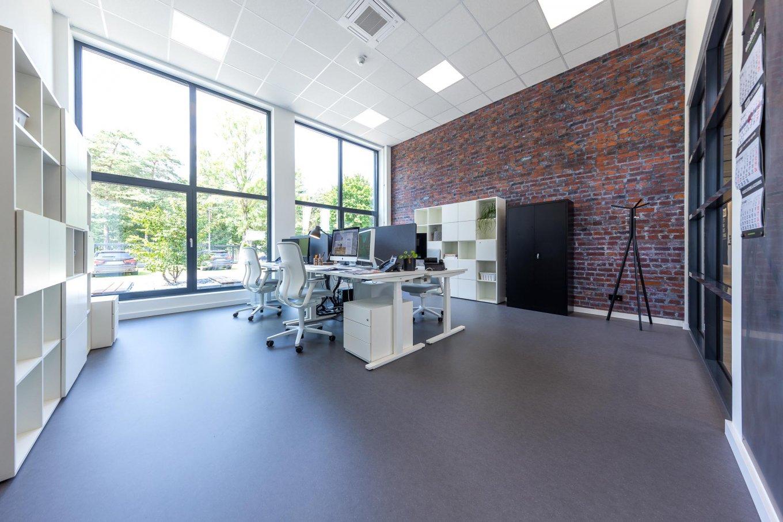 wineo workspace PURLINE Bioboden Büro moderne Einrichtung Steinwand Bodenbelag Fußboden Schreibtisch Stuhl