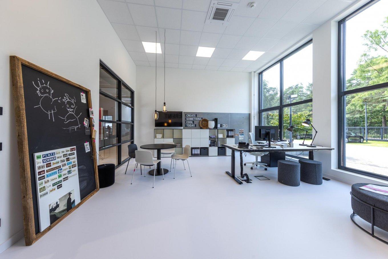 wineo workspace PURLINE Bioboden im Büro moderne Einrichtung Tafel Fußboden Bodenbelag