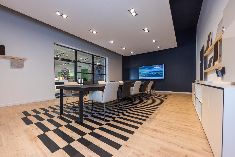 wineo workspace PURLINE Bioboden Meetingraum Besprechungsraum moderne Einrichtung Fußboden Bodenbelag Büro Besprechungstisch Designerstuhl