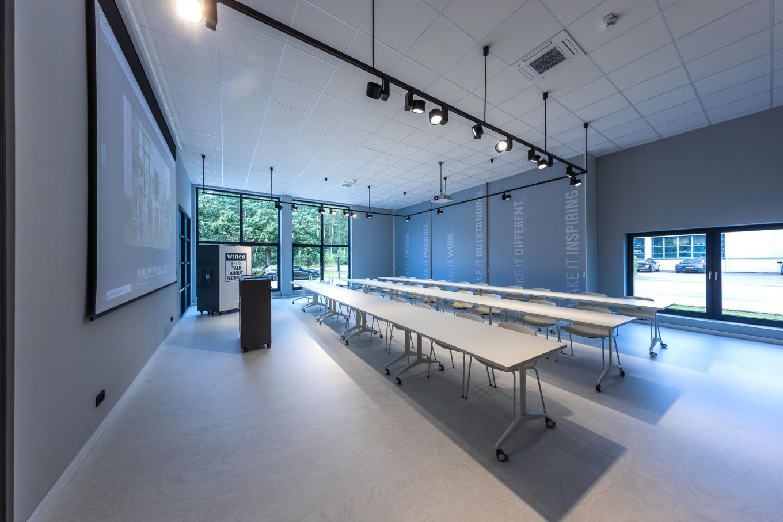 wineo workspace Schulungsraum Besprechungszimmer Seminarraum Schreibtisch Leinwand Fußboden Bodenbelag PURLINE Bioboden weiß