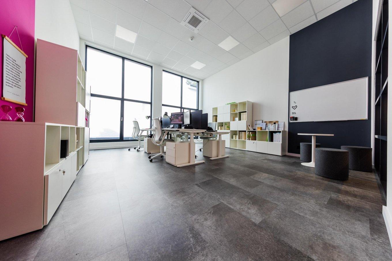 wineo workspace Designboden Büro Bodenbelag Fußboden moderne Einrichtung Besprechungstisch Hocker