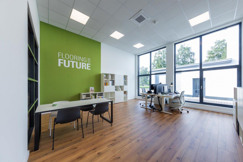wineo workspace PURLINE Bioboden im Büro Holzoptik moderne Einrichtung Schreibtischstuhl Tisch Bodenbelag Fußboden