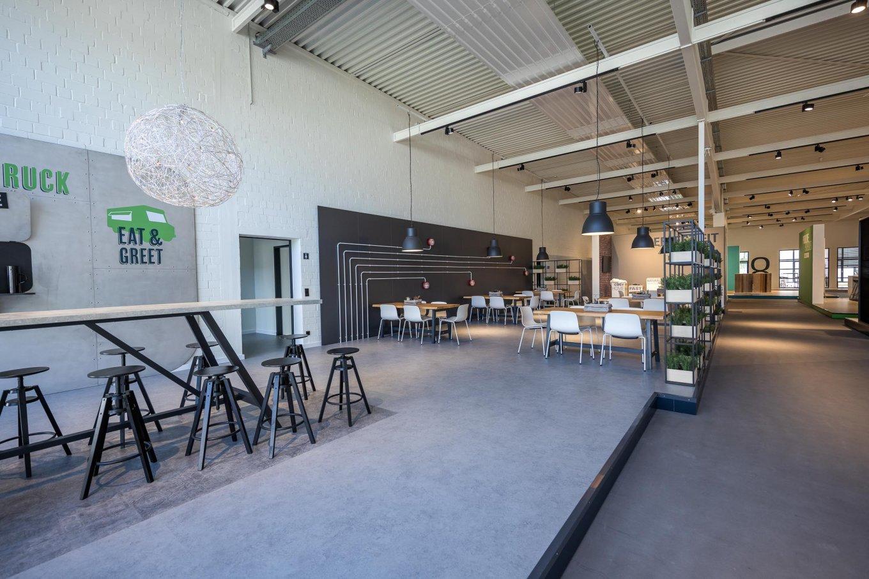 wineo workspace PURLINE Bioboden Betonoptik Cateringbereich Esstisch Meetingbereich Bodenbelag Fußboden