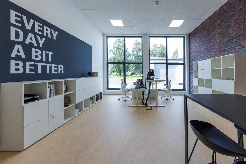 wineo workspace PURLINE Bioboden im Büro moderne Einrichtung Schreibtisch höhenverstellbar Besprechungstisch Bodenbelag Fußboden