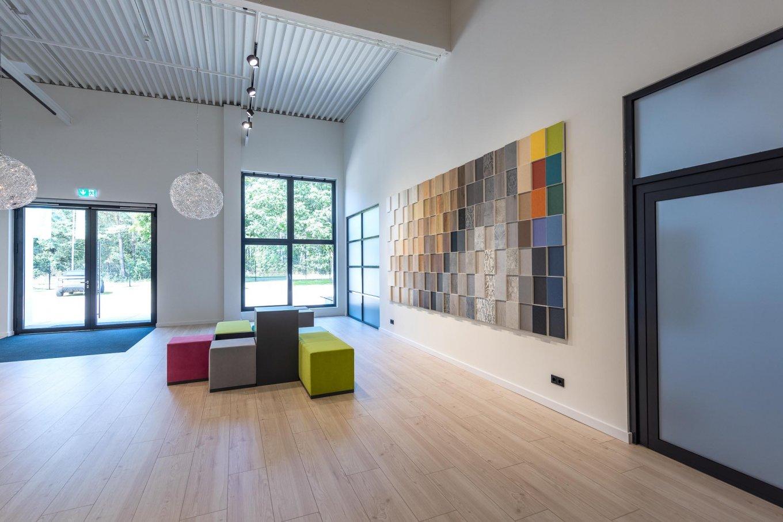 wineo workspace Eingangsbereich Ausstellung PURLINE Bioboden Holzoptik moderne Einrichtung
