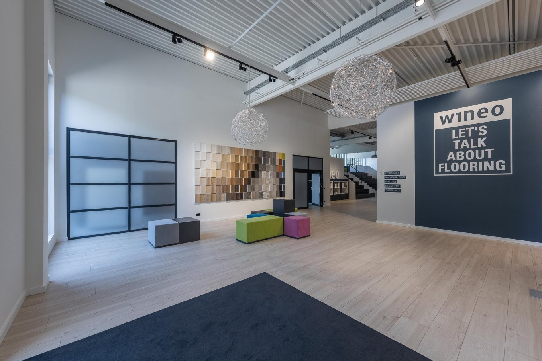 wineo workspace PURLINE Bioboden Holzoptik Ausstellung Messe Eingangsbereich Empfangsbereich Bodenbelag Fußboden moderne Einrichtung