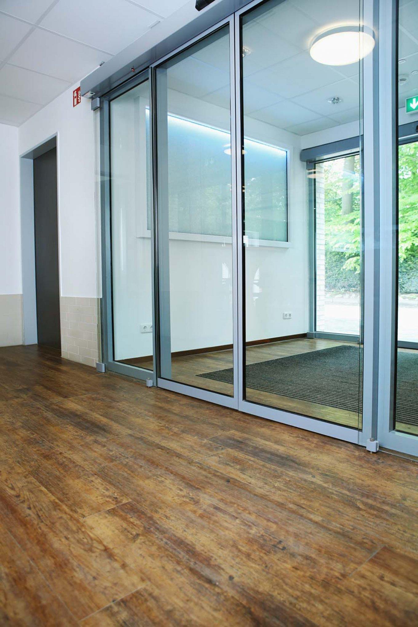 wineo Designboden im Seniorenheim Eingangsbereich Holzoptik dunkel