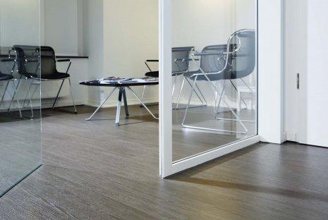wineo Bodenbelag in Arztpraxis Wartezimmer Holzoptik moderne Einrichtung Fußboden