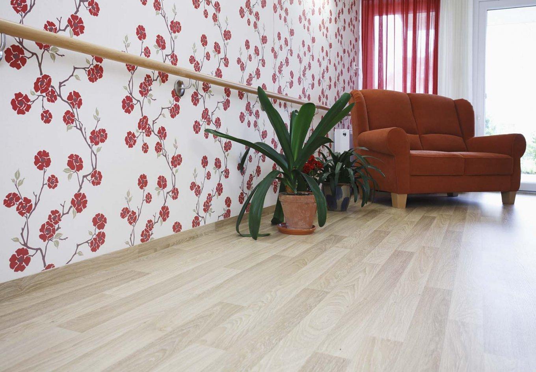 wineo PURLINE Bioboden Holzoptik Sofa