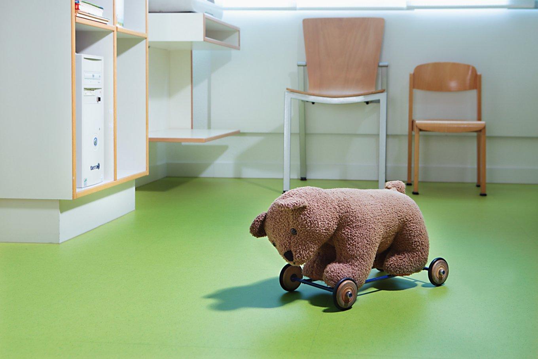 wineo PURLINE Bioboden Kinderarzt Praxis Kuscheltier Bär Bodenbelag