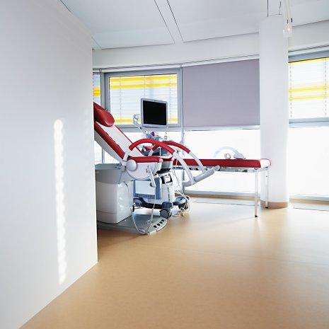 wineo Bodenbelag PURLINE Bioboden hell im Behandlungszimmer