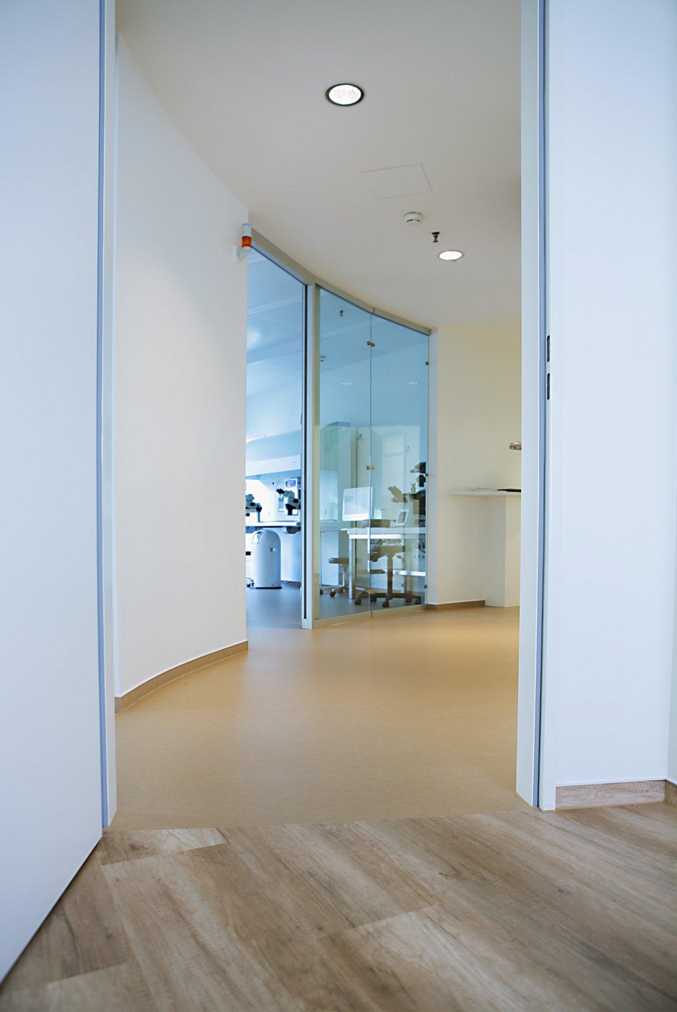 wineo Bodenbelag PURLINE Bioboden im Flur Holzoptik hell Fantasieoptik Übergang Klinik