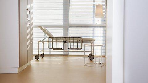 wineo Bodenbelag Behandlungszimmer Krankenbett PURLINE Bioboden hell Klinik