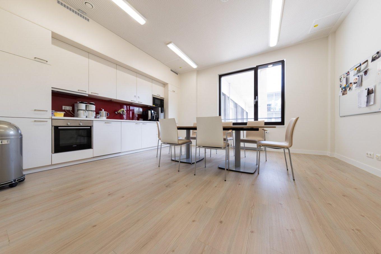 wineo PURLINE Bioboden Klinik Palliativmedizin Küche moderne Einrichtung Stuhl Tisch
