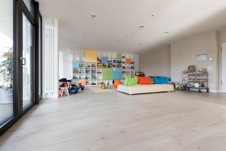wineo PURLINE Bioboden Klinik Palliativmedizin Spielecke Spielzimmer Spielzeug moderne Einrichtung