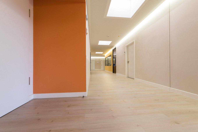 wineo PURLINE Bioboden Klinik Palliativmedizin Flur moderne Einrichtung Bodenbelag Holzoptik