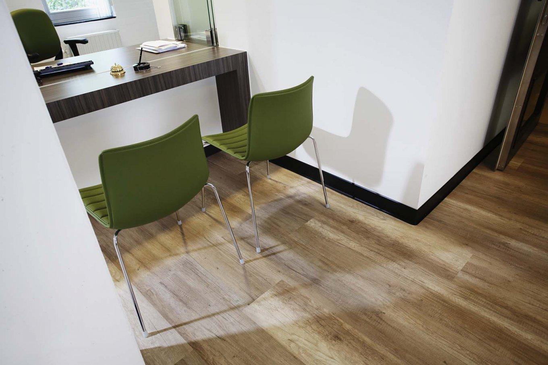 wineo Purline Bioboden Stühle Beratung Klinikum modern
