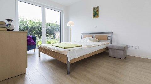 wineo Designboden Holzoptik Schlafzimmer