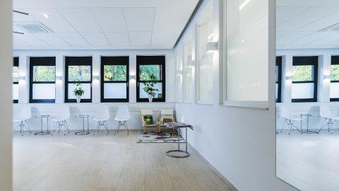 wineo Purline Bioboden hell modern sauber Wartebereich Zahnarztpraxis