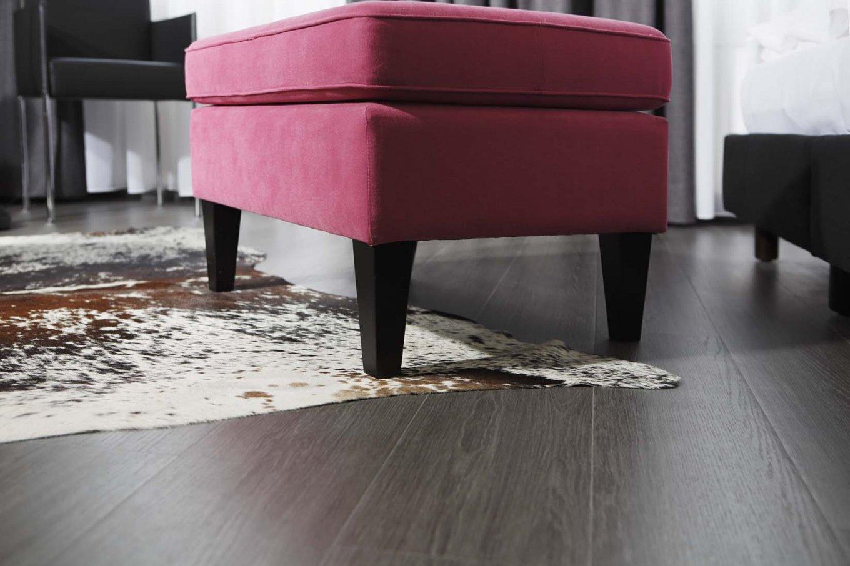 wineo Purline Bioboden dunkel Planken Teppich Hocker rot Aktzente modern Hotel